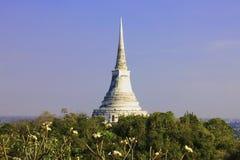 在小山顶部的白色塔 免版税库存图片