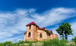 在小山顶部的砖房子 库存照片
