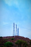 在小山顶部的输电线 免版税图库摄影