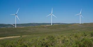 在小山顶部的风轮机在乡下 免版税库存图片
