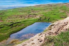 在小山顶部的水 库存图片