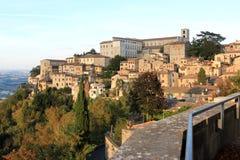 在小山顶镇Todi,翁布里亚,意大利的看法 库存照片