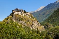 在小山顶, Queyras地区,法国阿尔卑斯的中古时期城堡 库存照片