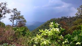 在小山驻地的季风云彩 库存照片