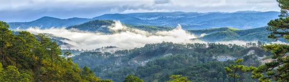 在小山高地大叻市的全景云彩 免版税库存图片