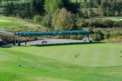 在小山高尔夫俱乐部的开车范围 免版税图库摄影
