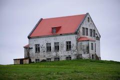 在小山,冰岛的石农舍 免版税库存图片