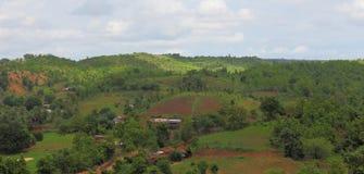在小山,自然风景上的乡村 库存图片