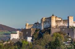 在小山,萨尔茨堡奥地利的Hohensalzburg城堡 免版税库存图片
