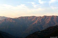 在小山驻地的日落 免版税库存图片