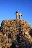 在小山Turo de列斯Tres Creus的石十字架在公园Guell在巴塞罗那 免版税库存照片