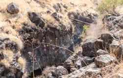在小峡谷的一座桥梁与带领六角形在戈兰高地的六角形河水池在以色列 免版税库存图片