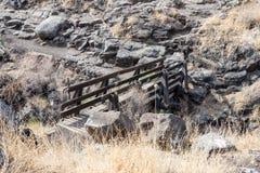 在小峡谷的一座桥梁与带领六角形在戈兰高地的六角形河水池在以色列 库存图片