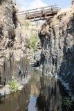 在小峡谷的一座桥梁与带领六角形在戈兰高地的六角形河水池在以色列 图库摄影