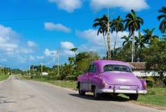 在小巷的停放的美国绿色薛佛列经典汽车在对哈瓦那古巴- Serie古巴报告文学的高速公路 免版税库存图片