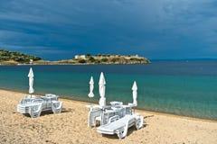 在小希腊村庄Toroni在夏天风暴以后, Sithonia附近的海景 免版税库存图片