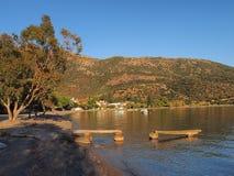 在小希腊渔村的太阳设置 图库摄影