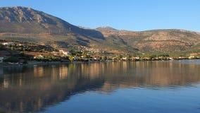 在小希腊渔村的太阳设置 库存图片