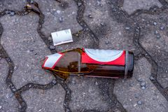 在小径中间的残破的啤酒瓶 免版税库存图片