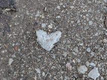 在小径的心形的石头 免版税库存照片