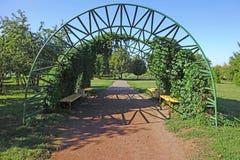 在小径的钢曲拱 免版税库存照片