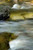 在小急流,糖河,纽波特,新的Hampshi的柔滑的条纹 库存照片