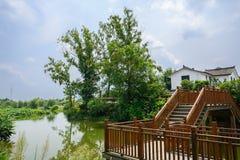 在小村庄的乡下木人行桥在晴朗的夏天 免版税库存照片