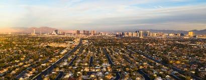 在小条拉斯维加斯之外的长的全景住宅浩瀚 库存图片