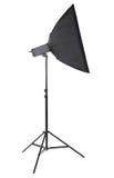 在小条softbox的一个经典演播室电灯泡,隔绝在白色背景 工作室照明设备 专业设备 免版税库存图片