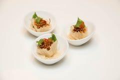在小杯子提出的泰国开胃菜和装饰 免版税库存图片