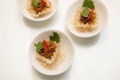 在小杯子提出的泰国开胃菜和装饰 库存照片