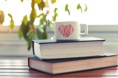 在小杯子的茶在桌上 免版税库存图片