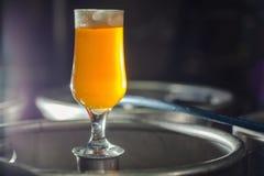 在小桶的低度黄啤酒 库存图片