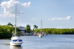 在小棕榈海湾的小船 图库摄影