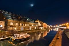 在小樽运河的小船在黄昏 免版税库存照片