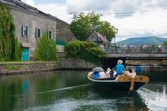 在小樽运河,小樽,日本的运河船巡航 库存照片