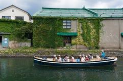 在小樽运河,小樽,日本的运河船巡航 图库摄影