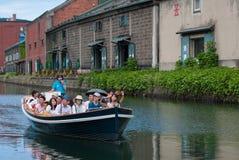 在小樽运河,小樽,日本的运河船巡航 免版税库存照片