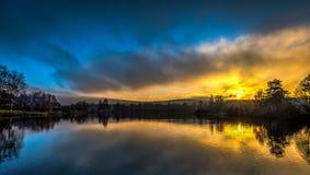 在小池塘的有薄雾的黄色和蓝色日落在捷克Moravian高地 免版税库存照片