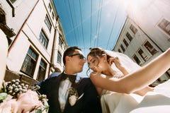 在小汽车的可爱的现代夫妇 免版税库存图片