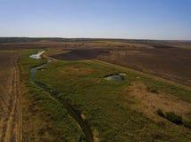 在小河和领域的鸟瞰图 库存照片