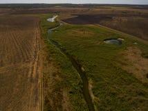 在小河和领域的鸟瞰图 免版税库存图片