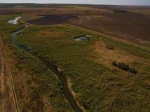 在小河和领域的鸟瞰图 图库摄影