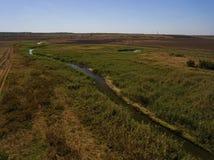 在小河和领域的鸟瞰图 库存图片