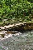 在小河的一座小桥梁 库存照片