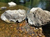 在小河的两个大岩石 免版税图库摄影