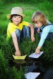 在小河的两个男孩戏剧 库存照片