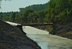 在小河的土气和危险桥梁 免版税库存照片