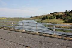 在小河的小桥梁 免版税库存照片