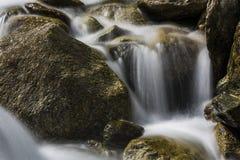 在小河的岩石 图库摄影